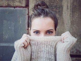 Długie swetry – kto wygląda w nich dobrze?